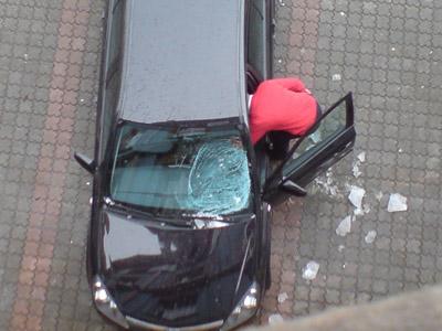 Dachlawine zerstört Auto Frontscheibe
