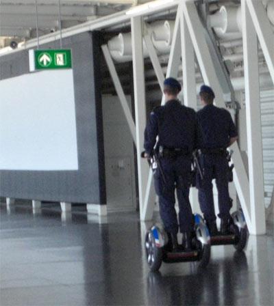Polizisten mit Segways ... aufgenommen auf dem Flughafen Schiphol Amsterdam Holland